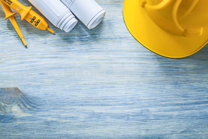 Ηλεκτρικά ελεγκτών κατασκευαστικά σχέδια καπέλων ασφάλειας σκληρά στο ξύλινο BO στοκ φωτογραφίες με δικαίωμα ελεύθερης χρήσης