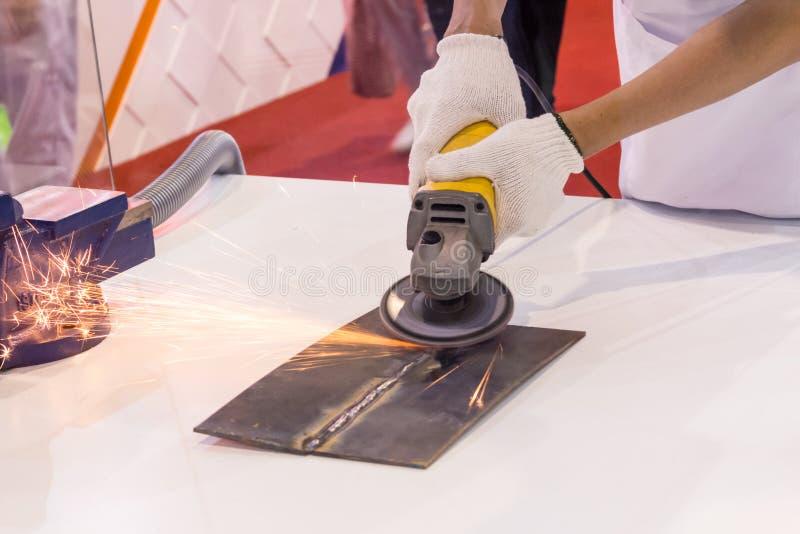 Ηλεκτρική λείανση ροδών στη δομή χάλυβα στοκ φωτογραφία με δικαίωμα ελεύθερης χρήσης