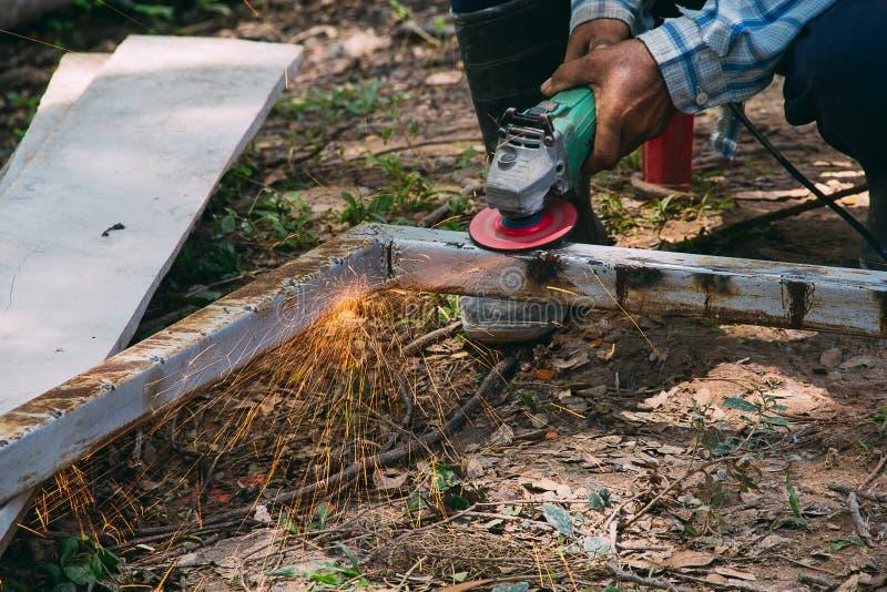 Ηλεκτρική λείανση ροδών στη δομή χάλυβα στοκ φωτογραφίες με δικαίωμα ελεύθερης χρήσης