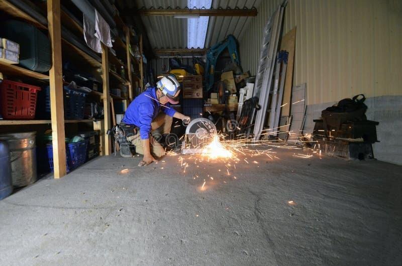 Ηλεκτρική λείανση ροδών στο σωλήνα χάλυβα στο διάστημα εργασίας στοκ εικόνα με δικαίωμα ελεύθερης χρήσης
