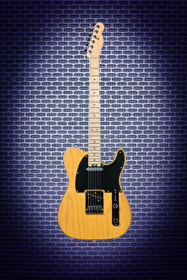 Ηλεκτρική κιθάρα στο υπόβαθρο techno στοκ εικόνα