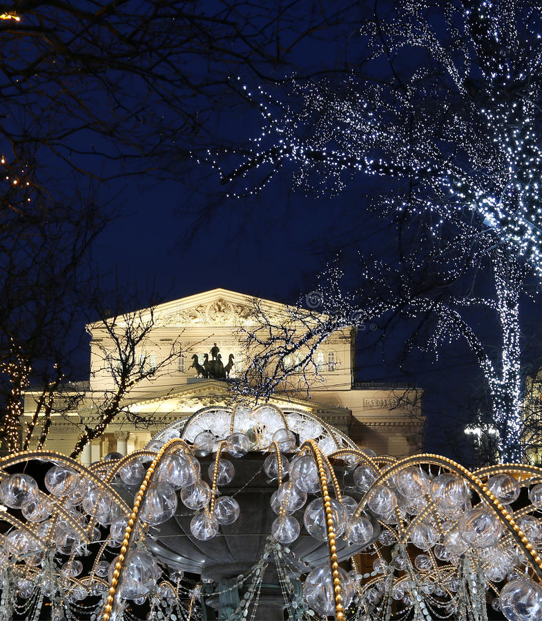 Ηλεκτρική πηγή τη νύχτα, αναμμένη κατά τη διάρκεια των Χριστουγέννων κοντά στο θέατρο Bolshoi, Μόσχα στοκ εικόνες