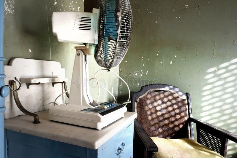Ηλεκτρικοί ανεμιστήρας και πολυθρόνα στοκ φωτογραφίες