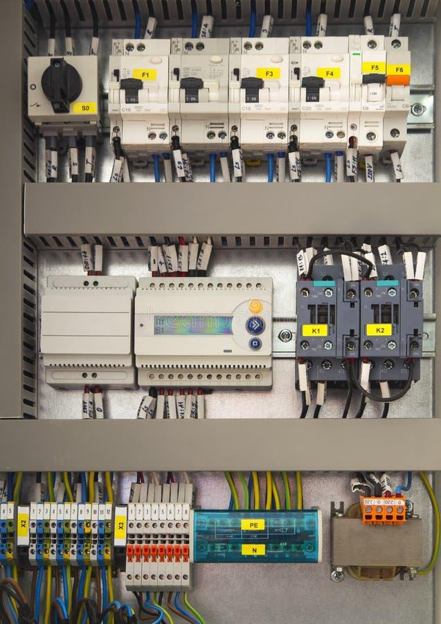Ηλεκτρικός θαλαμίσκος ελέγχου με τις ηλεκτρικές συσκευές στοκ φωτογραφία με δικαίωμα ελεύθερης χρήσης