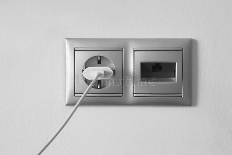 Ηλεκτρικός και ethernet υποδοχή σε έναν κατασκευασμένο άσπρο τοίχο στοκ εικόνες με δικαίωμα ελεύθερης χρήσης