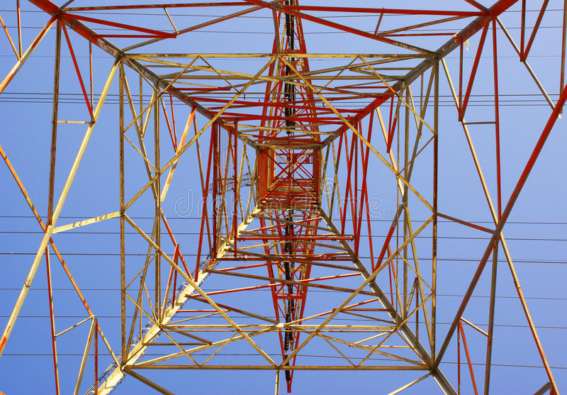 Ηλεκτρικός πύργος που καίγεται στα χρώματα ηλιοβασιλέματος που βλέπουν από und άμεσα στοκ εικόνες