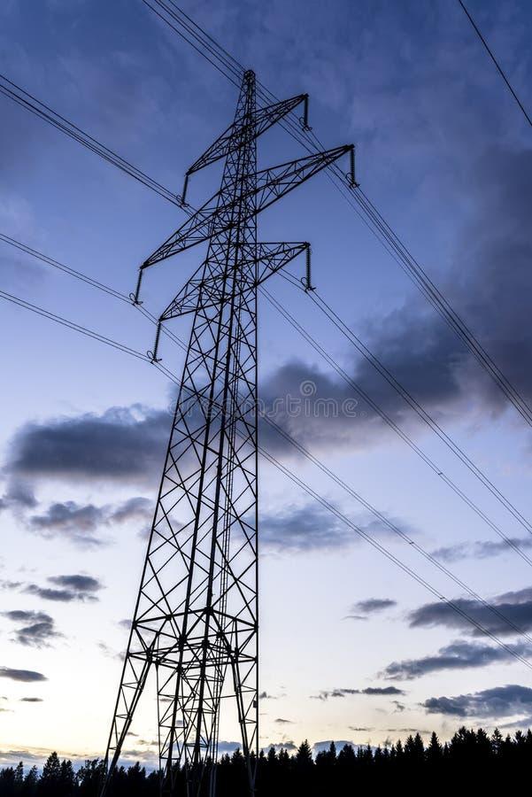 Ηλεκτρικός πύργος στο σούρουπο στοκ εικόνα