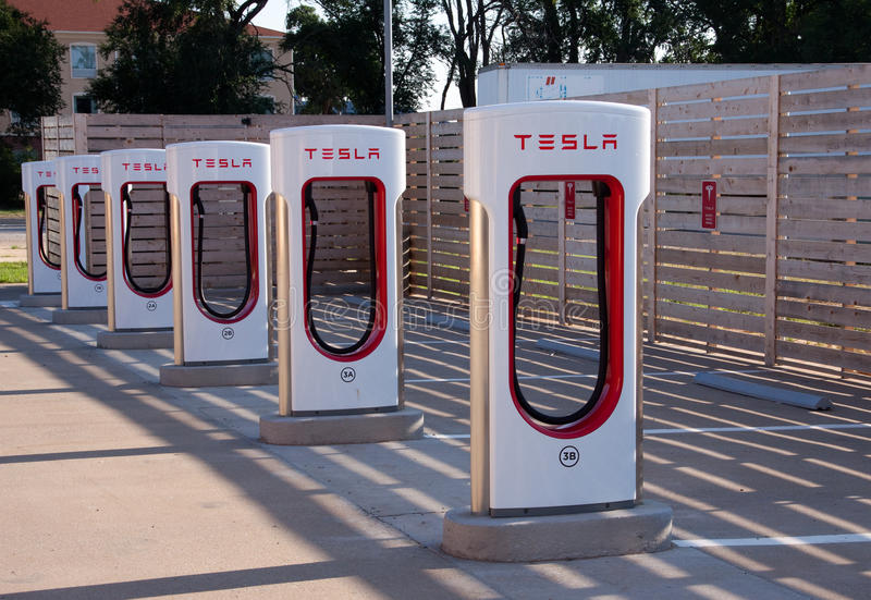 Ηλεκτρικός σταθμός χρέωσης αυτοκινήτων τέσλα στοκ εικόνα με δικαίωμα ελεύθερης χρήσης