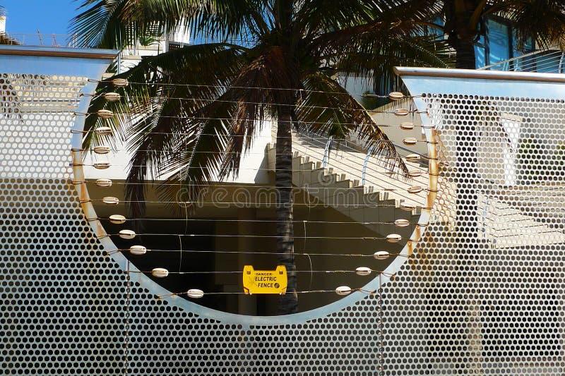Ηλεκτρικός φράκτης που προστατεύει το μη αναγνωρισμένο σπίτι στο Ντάρμπαν, Νότια Αφρική στοκ φωτογραφίες