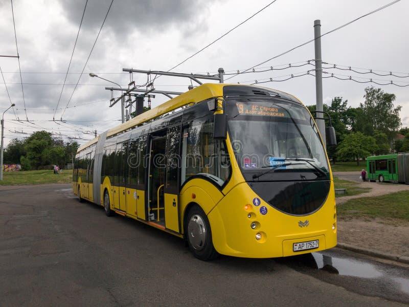Ηλεκτρικό ανώτατο ήλεκτρο Vitovt λεωφορείων E433 Παραγωγός OJSC ` Belkommunmash ` Δαπάνες στο σταθμό χρέωσης, Μινσκ στοκ φωτογραφία με δικαίωμα ελεύθερης χρήσης