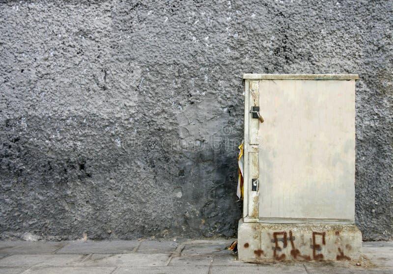 Ηλεκτρικό κιβώτιο με τις κολλημένες αφίσες στοκ εικόνες
