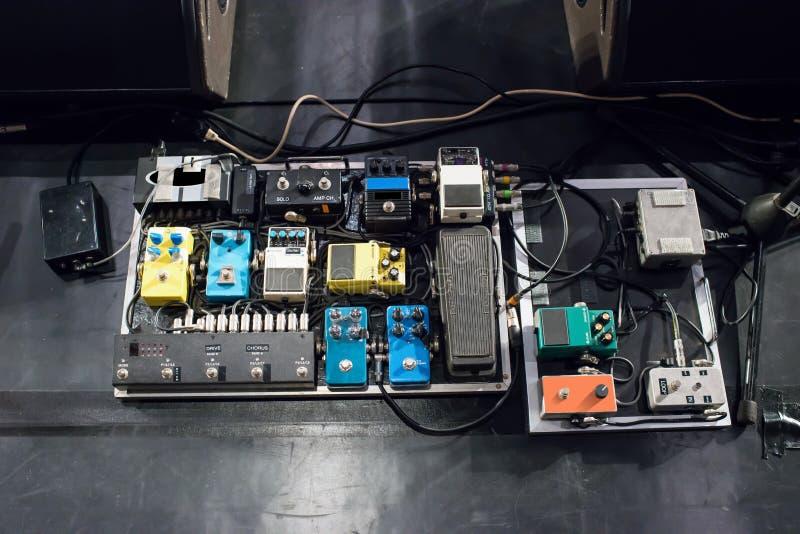 Ηλεκτρικό πεντάλι επίδρασης επεξεργασίας κιθάρων ακουστικό στοκ φωτογραφίες