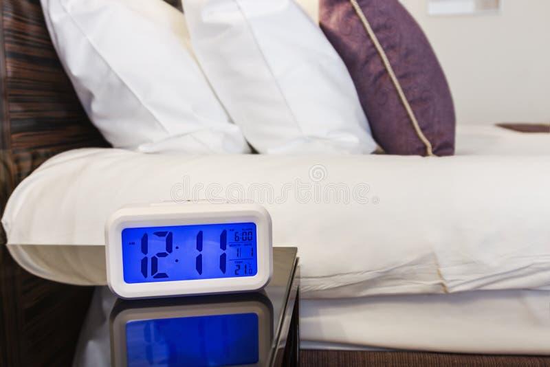 Ηλεκτρονικές στάσεις ξυπνητηριών σε έναν πίνακα πλευρών στοκ φωτογραφίες με δικαίωμα ελεύθερης χρήσης