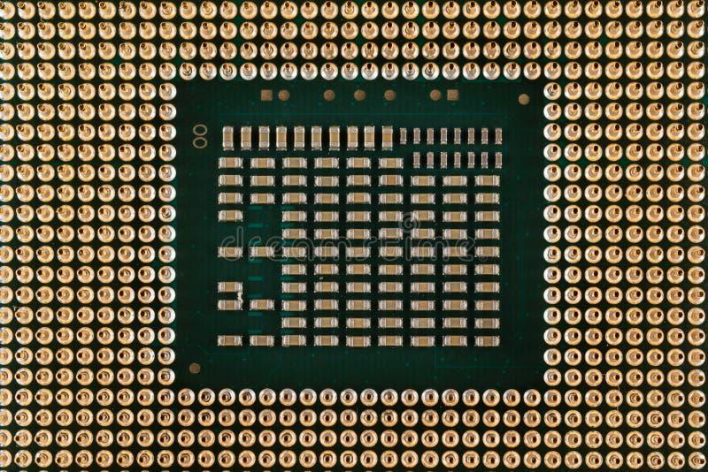 Ηλεκτρονική γεωμετρίας, κινηματογράφηση σε πρώτο πλάνο του τσιπ επεξεργαστών ΚΜΕ, άποψη από την κατώτατη πλευρά, συνδετήρες καρφι στοκ εικόνα με δικαίωμα ελεύθερης χρήσης