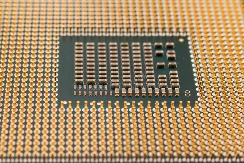 Ηλεκτρονική γεωμετρίας, κινηματογράφηση σε πρώτο πλάνο του τσιπ επεξεργαστών ΚΜΕ, άποψη από την κατώτατη πλευρά, συνδετήρες καρφι στοκ φωτογραφίες με δικαίωμα ελεύθερης χρήσης