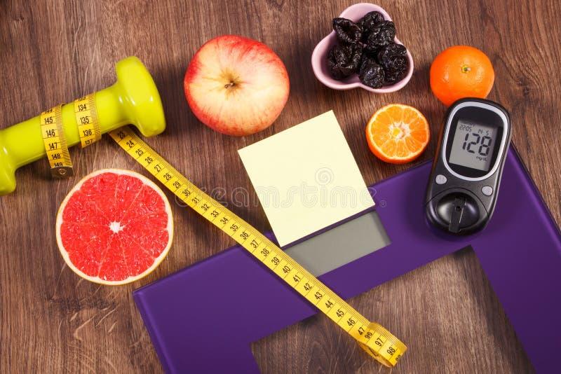 Ηλεκτρονική κλίμακα και glucometer λουτρών με το αποτέλεσμα της μέτρησης, των υγιών τροφίμων και των αλτήρων, υγιείς τρόποι ζωής, στοκ φωτογραφίες