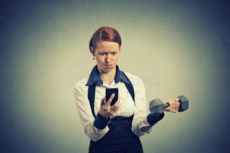 Ηλεκτρονικό ταχυδρομείο ειδήσεων ανάγνωσης επιχειρησιακών γυναικών στον κινητό τηλεφωνικό ανυψωτικό αλτήρα στοκ φωτογραφία