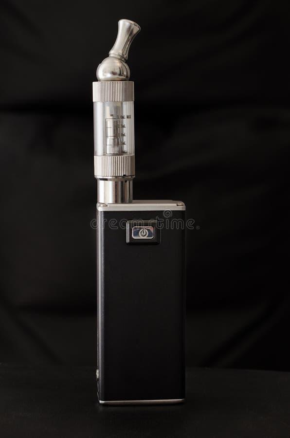 Ηλεκτρονικό τσιγάρο στο μαύρο υπόβαθρο στοκ φωτογραφία με δικαίωμα ελεύθερης χρήσης