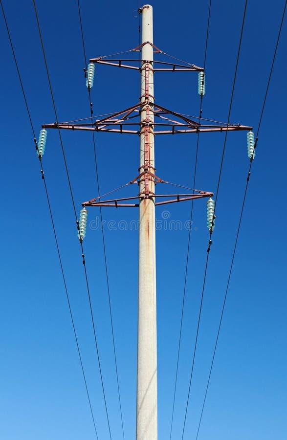 Ηλεκτροφόρα καλώδια και πυλώνας υψηλής τάσης στοκ εικόνα