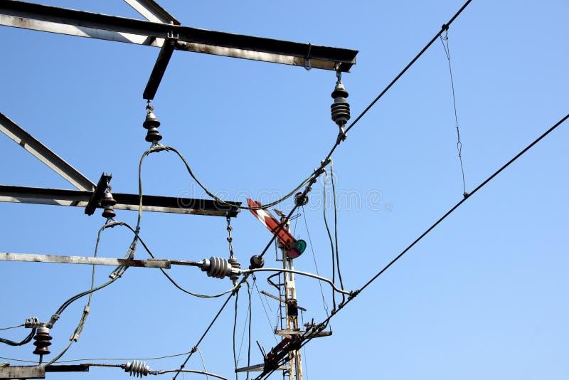 Ηλεκτροφόρα καλώδια σιδηροδρόμων που τροφοδοτούν τα ηλεκτρικά τραίνα στοκ εικόνα με δικαίωμα ελεύθερης χρήσης