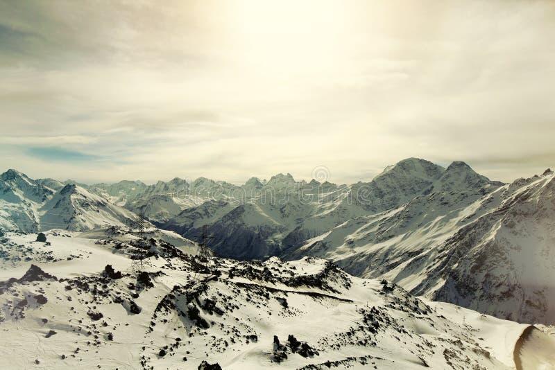 Ηλεκτροφόρα καλώδια στα βουνά στοκ εικόνες