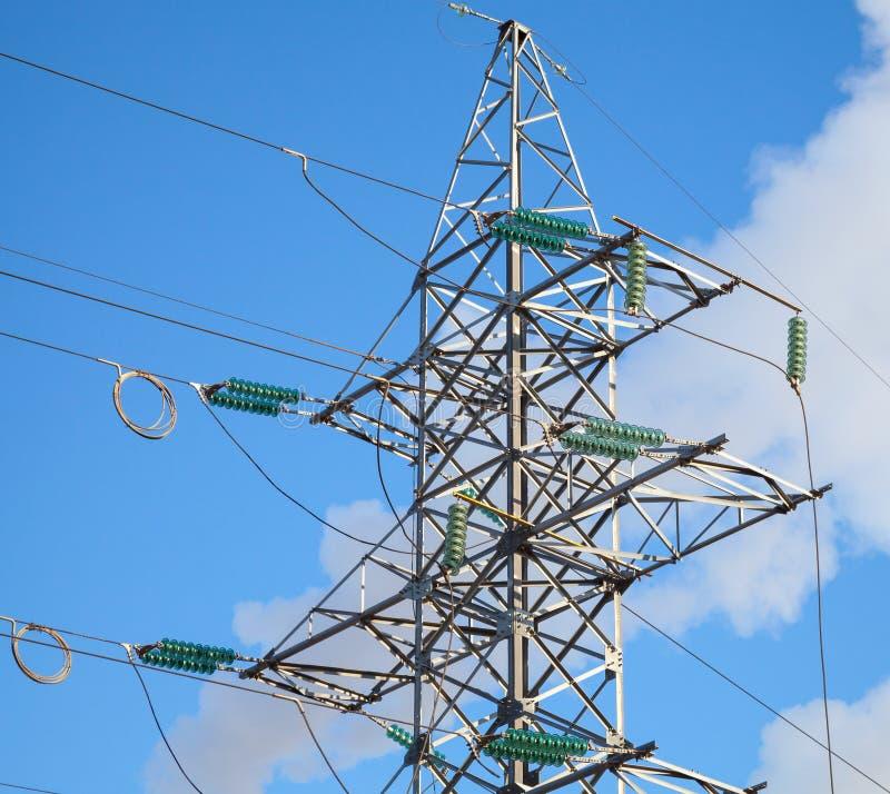 Ηλεκτροφόρα καλώδια υψηλής τάσης και μεγάλος πυλώνας στοκ φωτογραφίες