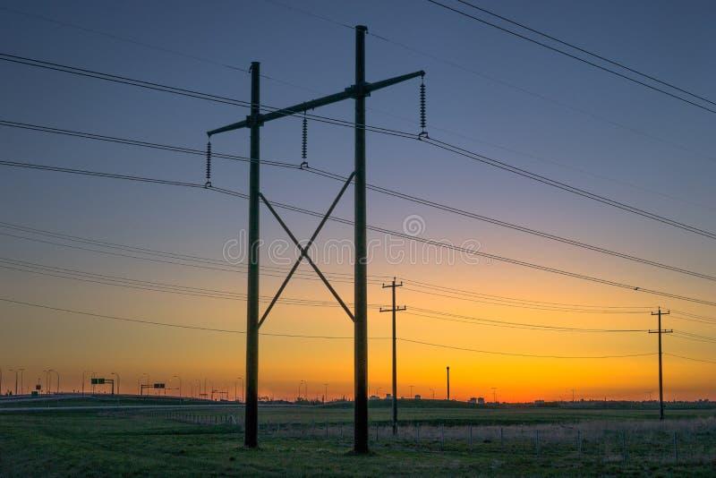 Ηλεκτροφόρο καλώδιο στο φως ανατολής στοκ εικόνα