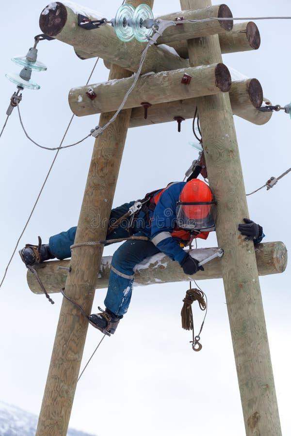 Ηλεκτρολόγος που εργάζεται πάνω από έναν πυλώνα ηλεκτρικής ενέργειας στοκ φωτογραφία με δικαίωμα ελεύθερης χρήσης