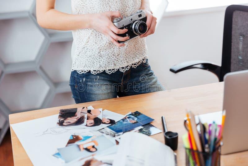 Η εκλεκτής ποιότητας κάμερα με τη νέα στάση φωτογράφων γυναικών στην αρχή στοκ εικόνα
