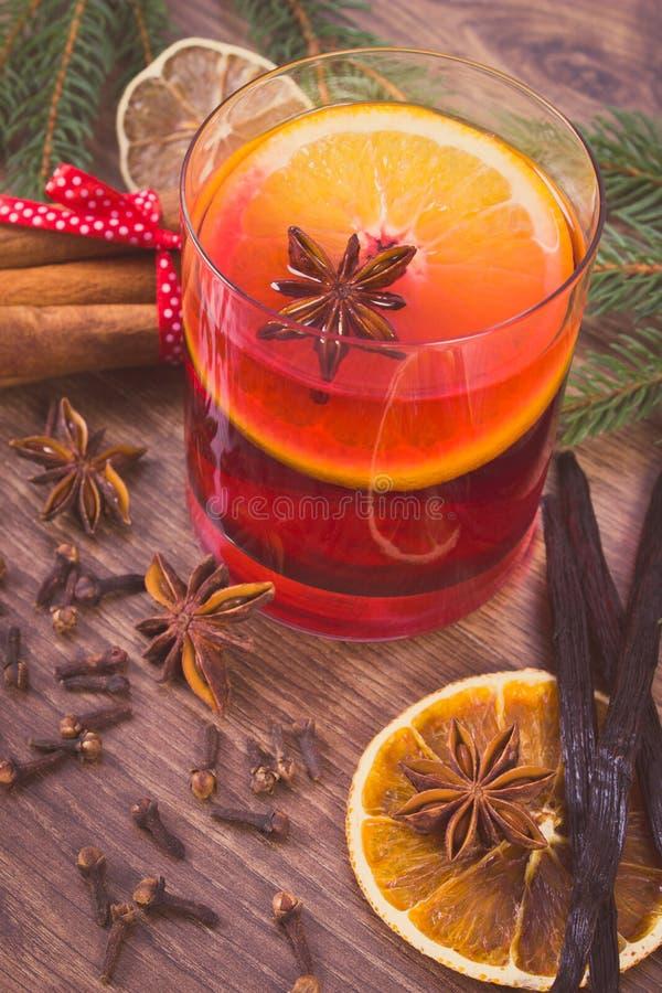 Download Η εκλεκτής ποιότητας φωτογραφία, θερμαμένο κρασί για το βράδυ Χριστουγέννων ή χειμώνα με τα καρυκεύματα και τις ερυθρελάτες διακλ Στοκ Εικόνες - εικόνα από brampton, ερυθρελάτες: 62715458