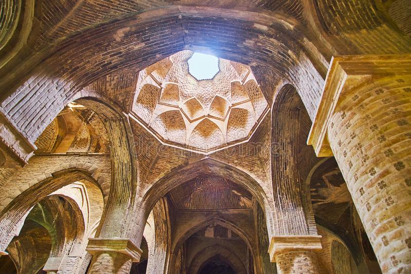Η ελαφριά τρύπα στο θόλο του shabestan, μουσουλμανικού τεμένους Jameh, Ισφαχάν, Ιράν στοκ φωτογραφία