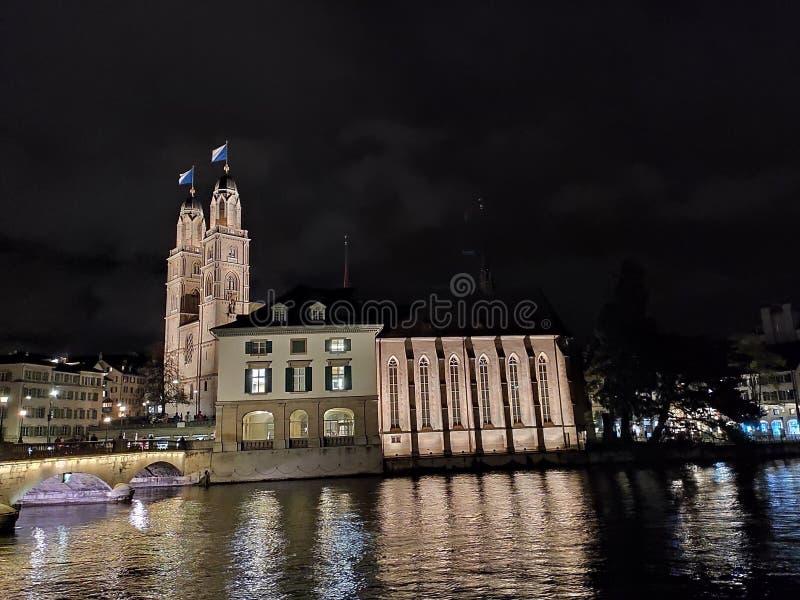 Η Ελβετία Ο καθεδρικός ναός του Γκρόσμουντερ το φθινόπωρο από το ποτάμι Λιμάτ στοκ εικόνες