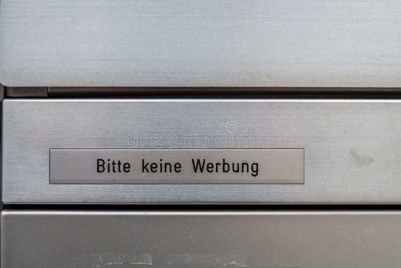 Η ελβετική ταχυδρομική θυρίδα των ανθρώπων που φορούν ` τ θέλει να λάβει τη διαφήμιση στοκ φωτογραφία με δικαίωμα ελεύθερης χρήσης