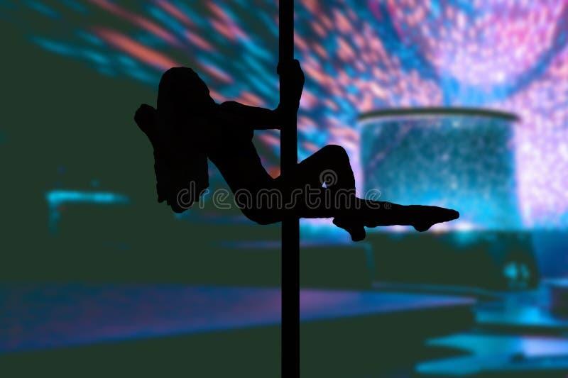 Η ελκυστική ένωση νέων κοριτσιών στο χορό θέτει με το υπόβαθρο λεσχών και σταδίων με τα φω'τα απεικόνιση αποθεμάτων