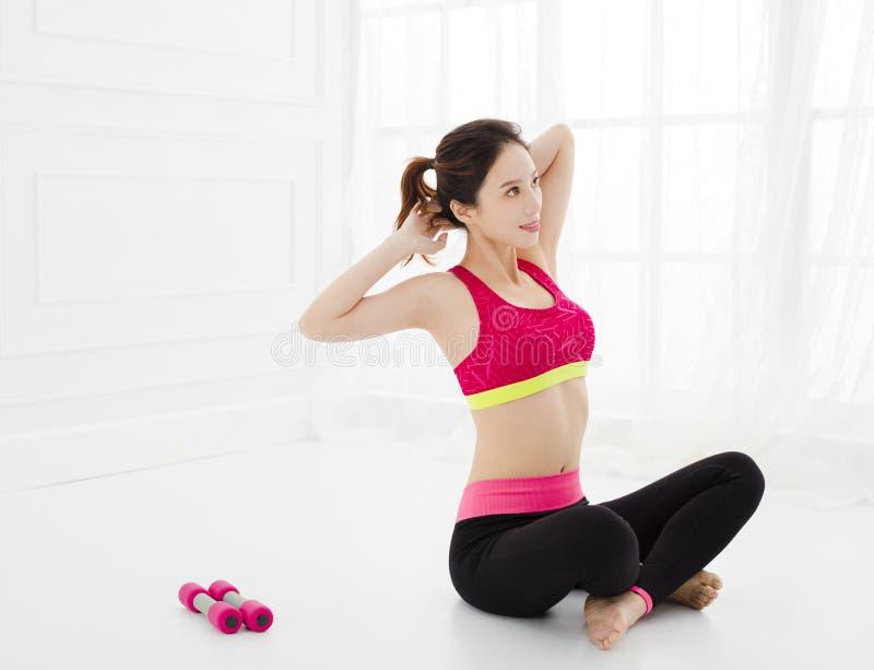 Η ελκυστική γυναίκα κάνει την άσκηση γιόγκας στο σπίτι στοκ φωτογραφία