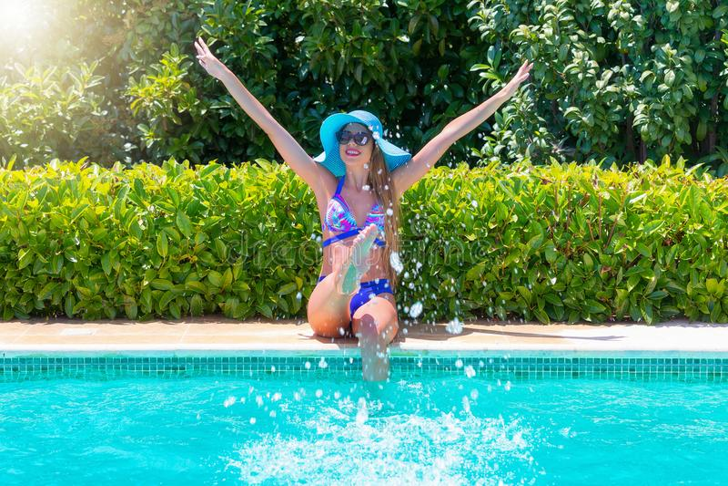 Η ελκυστική γυναίκα στο μπικίνι έχει τη διασκέδαση στο poolside στοκ φωτογραφίες με δικαίωμα ελεύθερης χρήσης