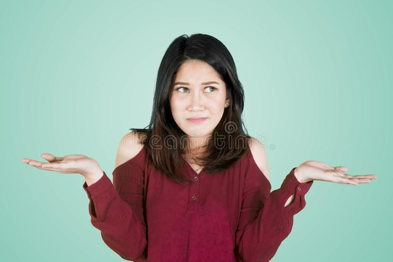 Η ελκυστική γυναίκα φαίνεται ταραγμένη στο στούντιο στοκ φωτογραφία με δικαίωμα ελεύθερης χρήσης