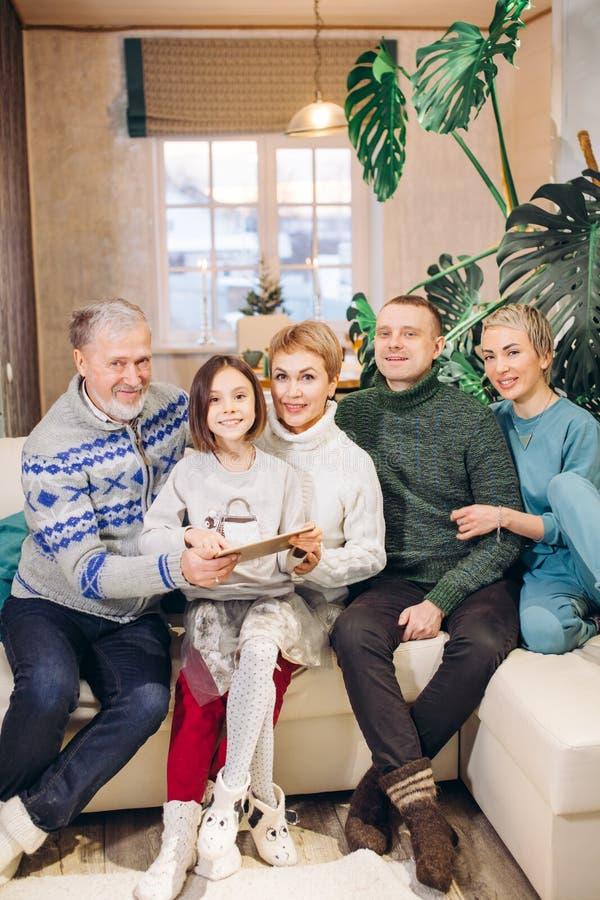 Η ελκυστική εύθυμη μεγάλη οικογένεια έχει μαζί στο σπίτι στοκ φωτογραφία με δικαίωμα ελεύθερης χρήσης