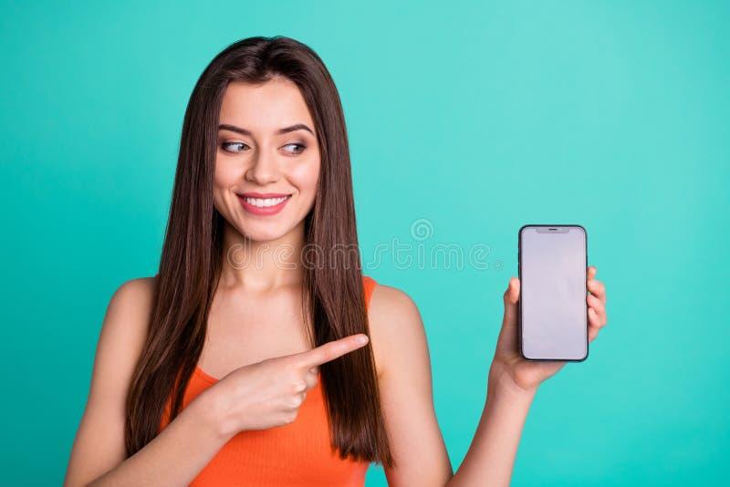 Η ελκυστική καλή νεολαία πορτρέτου έχει τη συσκευή να διαφημίσει επιλέγει ότι αποφασίστε ανατροφοδοτήστε τον καταδειγμένο υποστηρ στοκ εικόνα με δικαίωμα ελεύθερης χρήσης
