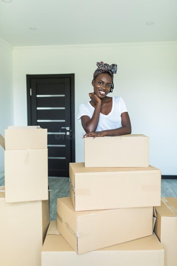 Η ελκυστική νέα αφρικανική γυναίκα κινείται, στέκεται μεταξύ των κουτΠστοκ φωτογραφίες