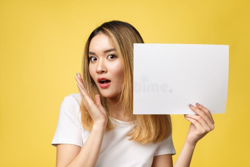 Η ελκυστική νέα όμορφη ασιατική κενή Λευκή Βίβλος εκμετάλλευσης γυναικών σπουδαστών στοκ φωτογραφία