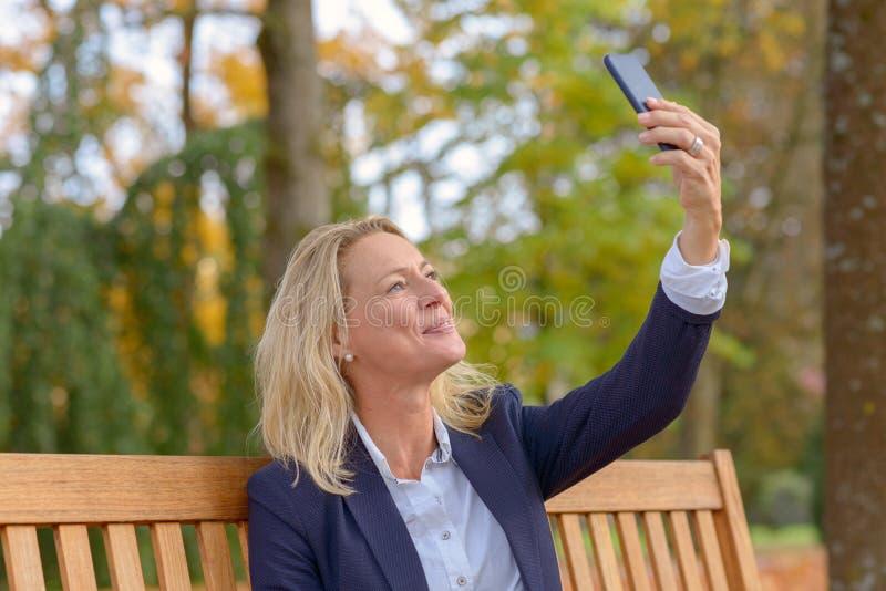 Η ελκυστική ξανθή γυναίκα με η τρίχα στοκ φωτογραφία