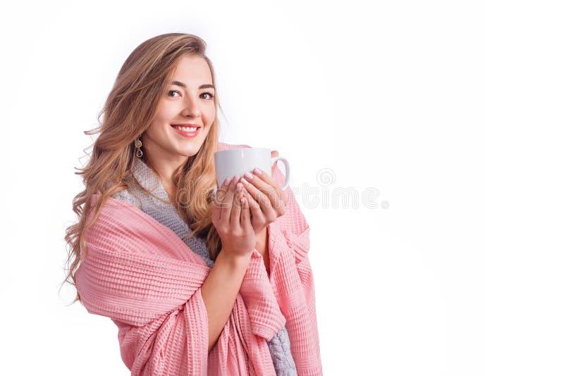 Η ελκυστική ξανθή γυναίκα στο γενικό φλυτζάνι εκμετάλλευσης του καυτού ποτού που απομονώθηκε στο λευκό με το copyspace οι διακοπέ στοκ εικόνες