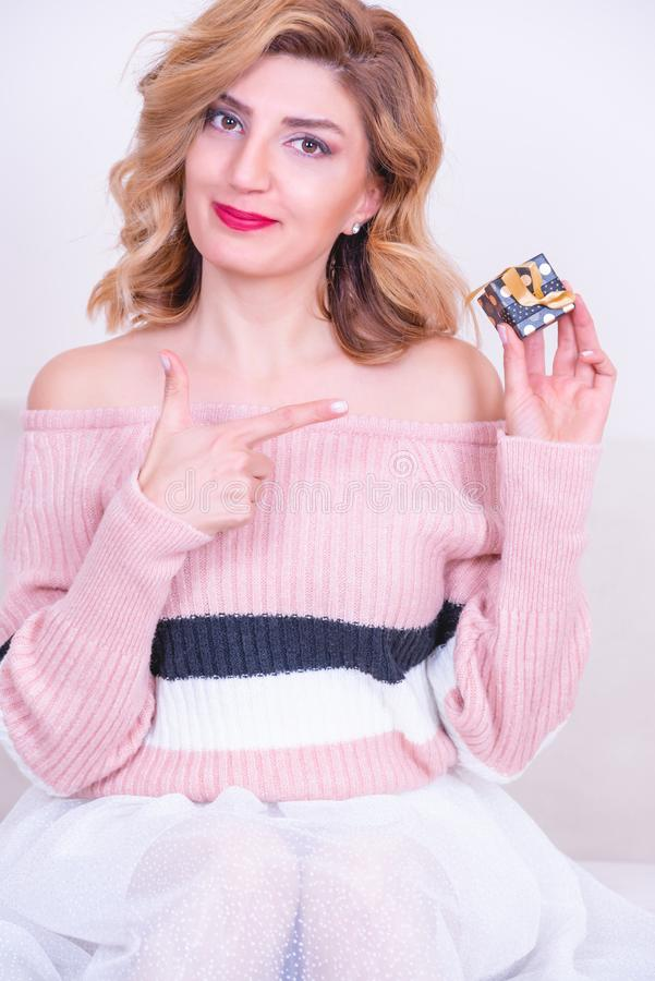 Η ελκυστική όμορφη πρότυπη γυναίκα κρατά το μικρό κιβώτιο δώρων στοκ φωτογραφίες με δικαίωμα ελεύθερης χρήσης