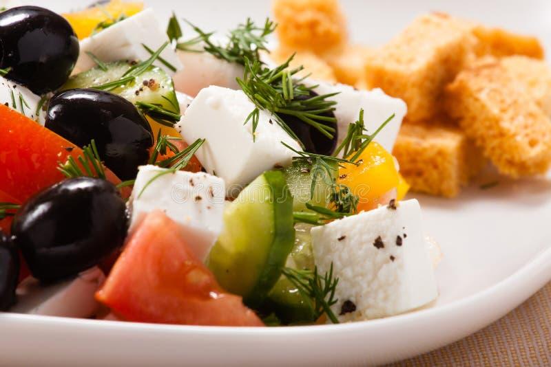 Η ελληνική σαλάτα με croutons και τα πράσινα στοκ εικόνες με δικαίωμα ελεύθερης χρήσης