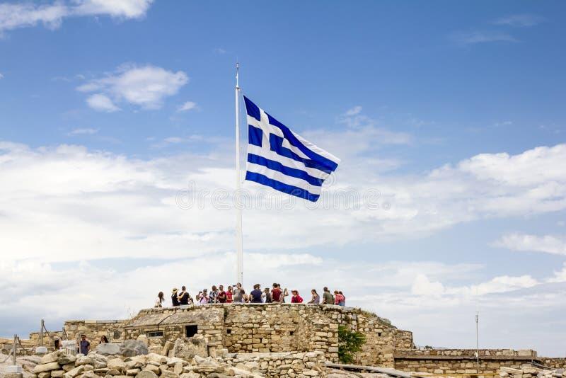 Η ελληνική σημαία κυματίζει στο λόφο ακρόπολη στην Αθήνα στην Ελλάδα στοκ εικόνες με δικαίωμα ελεύθερης χρήσης