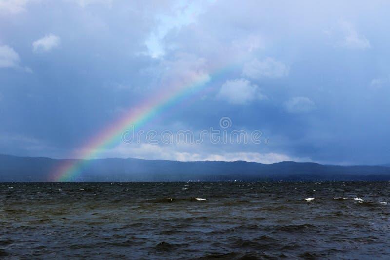 Η εμφάνιση ενός ουράνιου τόξου μετά από μια βίαια θύελλα στη λίμνη Itkul στοκ φωτογραφία με δικαίωμα ελεύθερης χρήσης