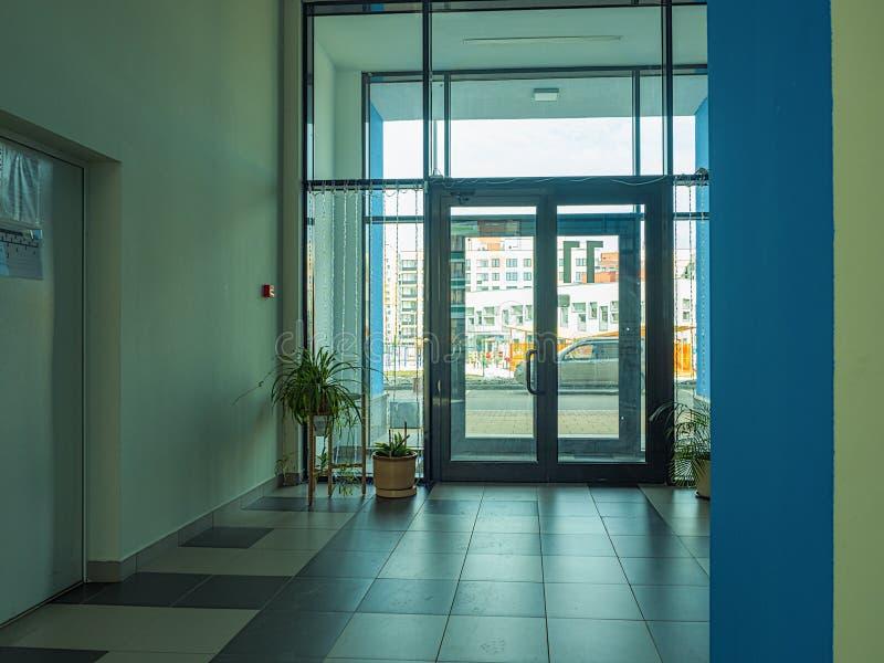 Η εμφάνιση μιας σκάλας σε μια σύγχρονη πολυκατοικία στοκ εικόνες με δικαίωμα ελεύθερης χρήσης