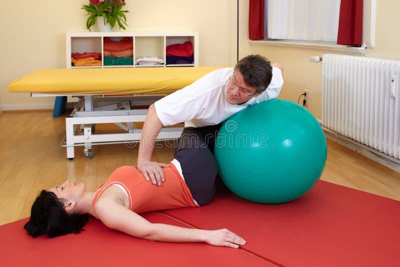 Η ενήλικη άσκηση θέτει στη σφαίρα άσκησης στοκ εικόνες με δικαίωμα ελεύθερης χρήσης