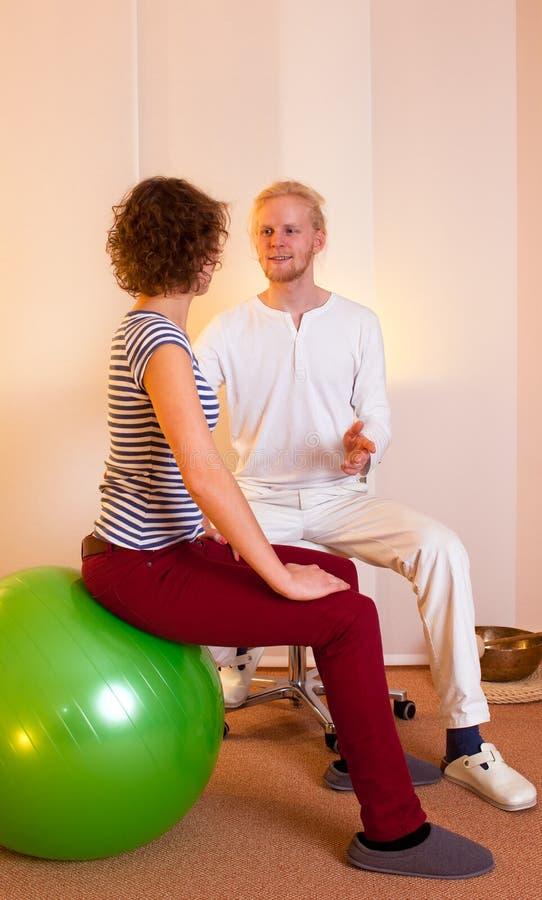 Η ενήλικη άσκηση θέτει στη σφαίρα άσκησης στοκ εικόνες